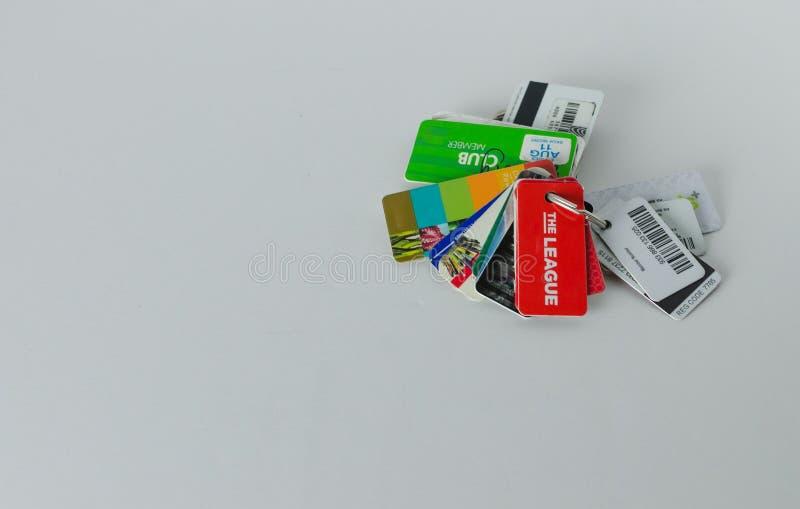 Un groupe de cartes de récompenses attachées à une chaîne principale photo stock