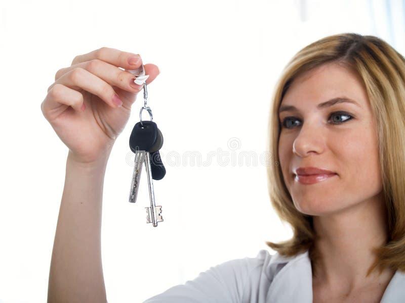 Un groupe de clés dans une fille de main. images libres de droits