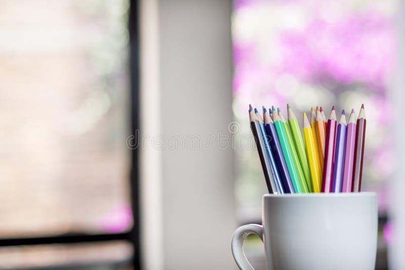 Un groupe de couleur crayonne dans une tasse blanche image libre de droits