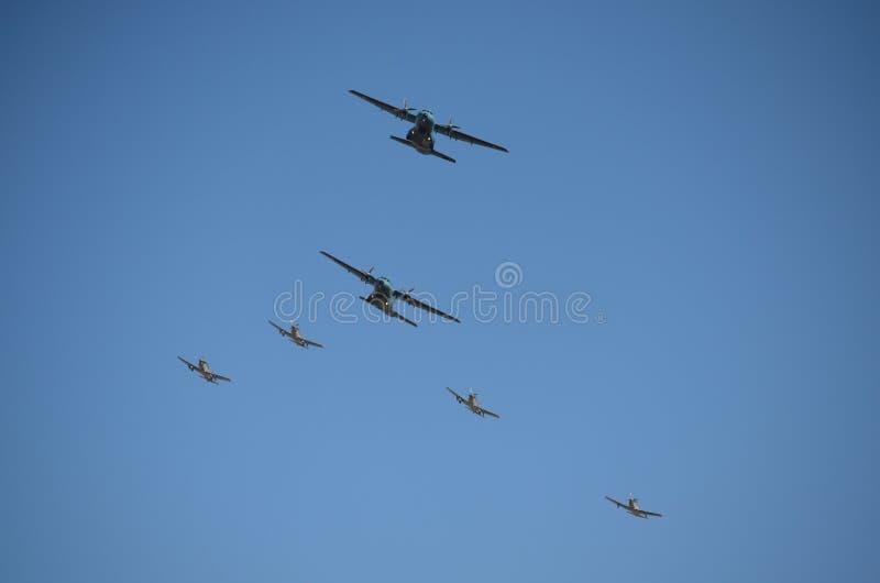 Un groupe de deux a fixé Wing Aircrafts et de quatre Gray Fighter Aircrafts photo libre de droits