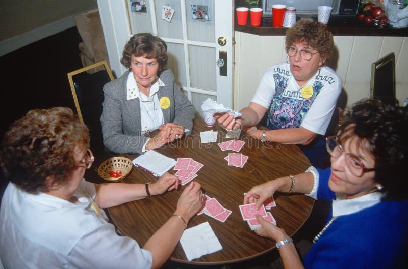 Un groupe de femmes jouant au bridge images stock