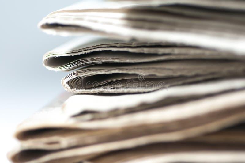 Un groupe de fin pliée de journal vers le haut de tir photos stock