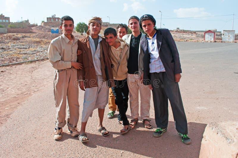 Un groupe de garçons yéménites à l'entrée de Kawkaban, Yémen, vie quotidienne photographie stock