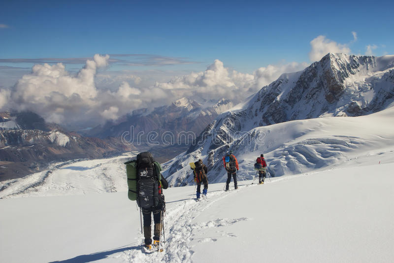 Un groupe de grimpeurs descend au camp de base, Pamir photos stock