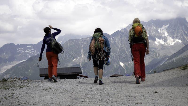 Un groupe de grimpeurs de roche féminins dans les hautes montagnes alpines photographie stock libre de droits
