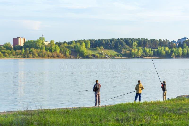 Un groupe de jeunes pêcheurs pêchant dans le Golfe de Berdsk photographie stock libre de droits
