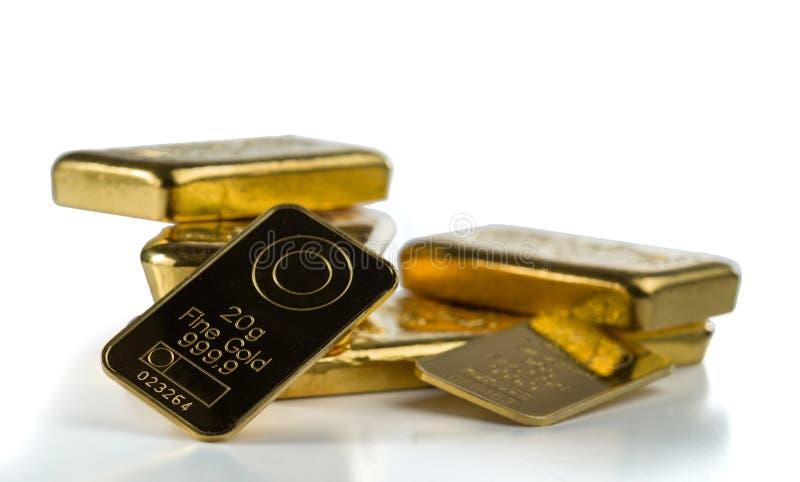 Un groupe de lingot d'or différent d'isolement sur un fond blanc photographie stock