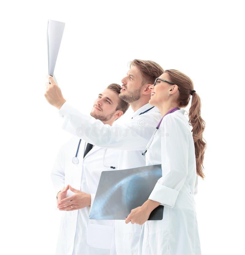 Un groupe de médecins examinant un rayon X dans l'hôpital photographie stock