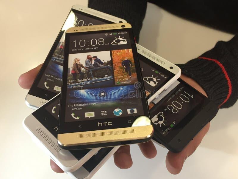 Un groupe de mobile dans quelqu'un main image libre de droits