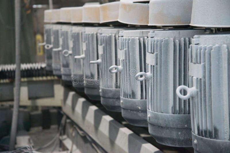 Un groupe de moteurs électriques puissants Commande électrique d'équipement industriel  Fond industriel abstrait Orientation moll image stock