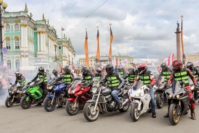 Un groupe de motocyclistes sur des vélos de vitesse photos libres de droits