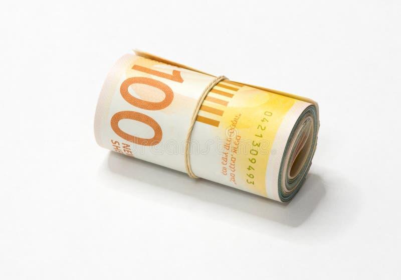 Un groupe de nouvelles notes israéliennes d'argent des shekels NIS s'est enroulé et lié avec une bande élastique simple sur un ba photographie stock