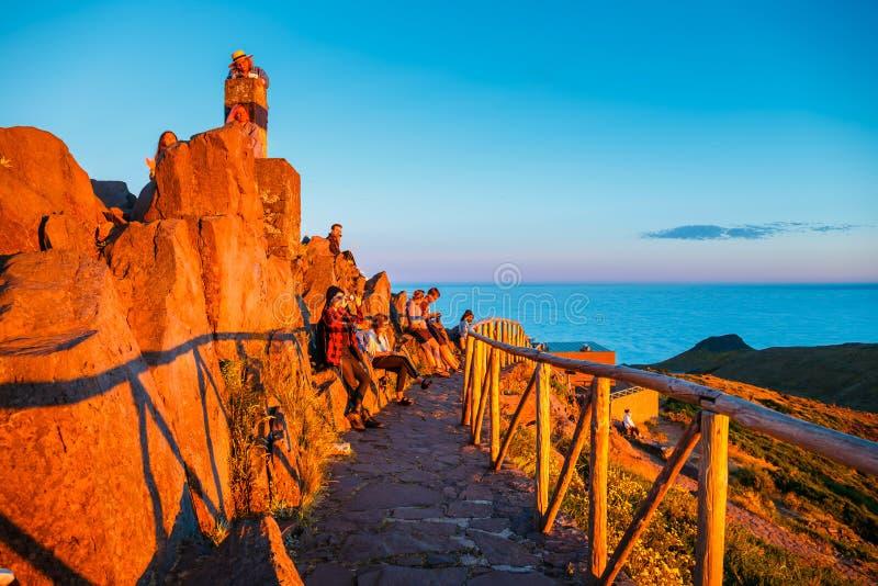 Un groupe de personnes admire le beau coucher du soleil, Pico de Arieiro photographie stock libre de droits