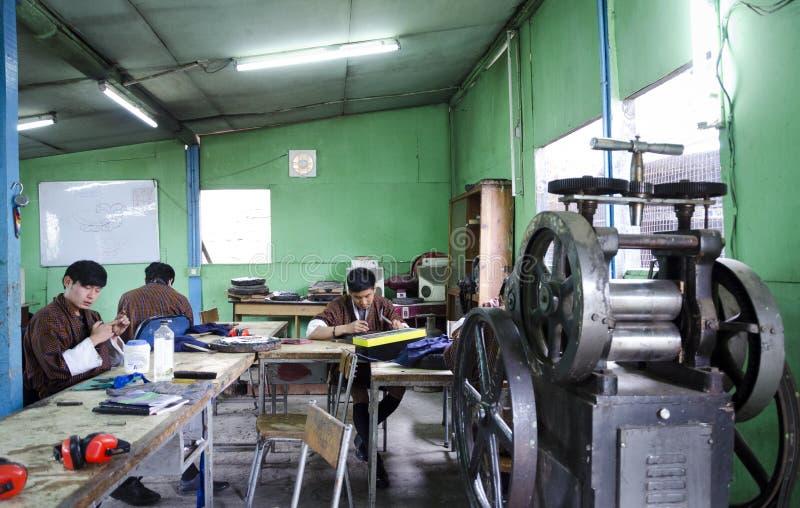 Un groupe de personnes apprenant le travail de forgeron images libres de droits