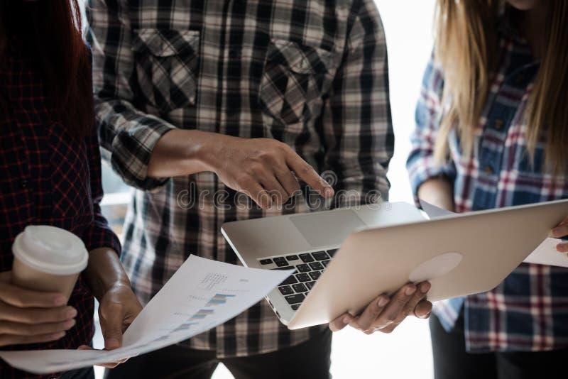 Un groupe de personnes l'ouvrier et la femme dans la chemise de plaid emploient y photographie stock libre de droits