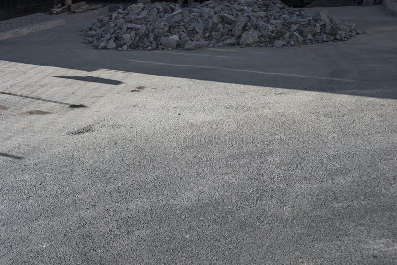 Un groupe de pierres sur l'asphalte photos libres de droits