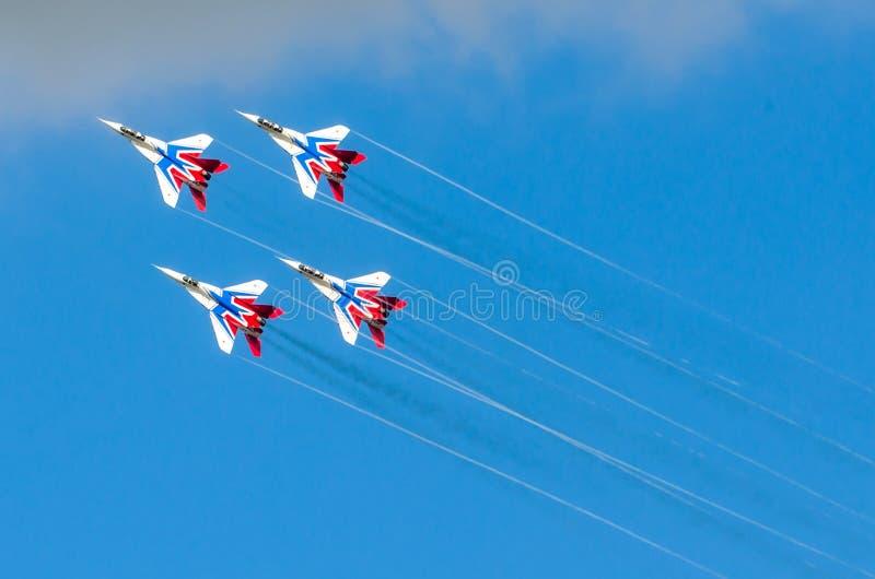 Un groupe de quatre chasseurs dans le ciel bleu avec de la fumée Russie Moscou en août 2015 photos libres de droits