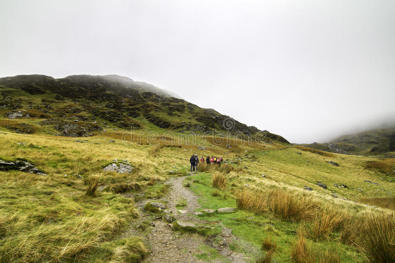 Un groupe de randonneurs en parc national de Snowdonia au Pays de Galles images stock