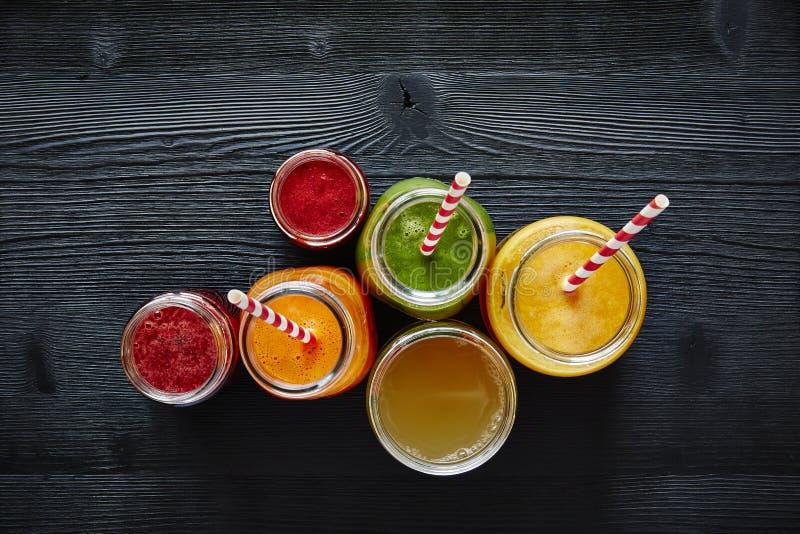 Un groupe de smoothies organiques colorés prêts à boire photographie stock