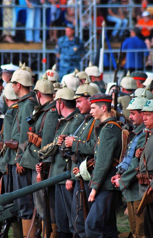 Un groupe de soldats-reenactors Reconstitution de bataille d'Osovets image libre de droits