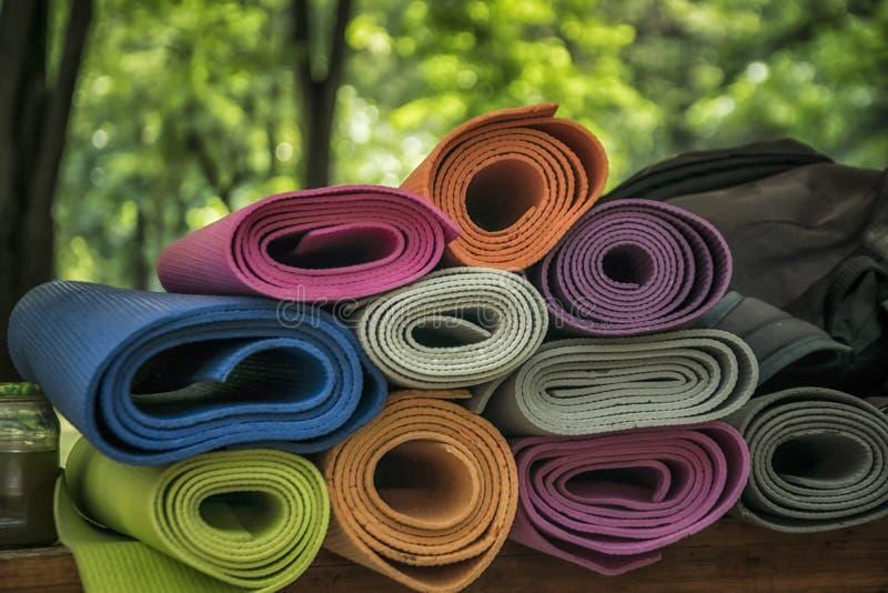Un groupe de tapis de yoga image libre de droits