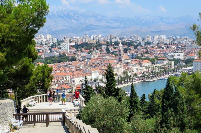 Un groupe de touristes et de gens du pays admirant la belle vue lointaine de la fente, Croatie de Marjan Hill un jour ensoleillé  image libre de droits
