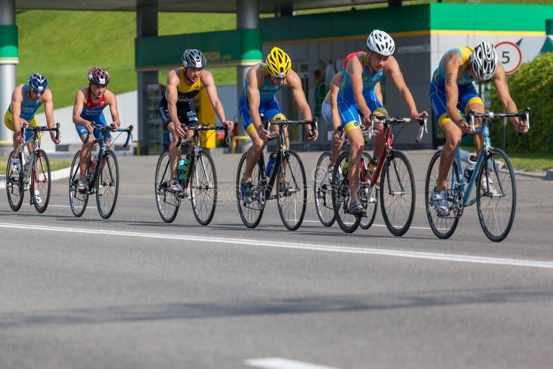 Un groupe de triathlete sur des vélos photo stock