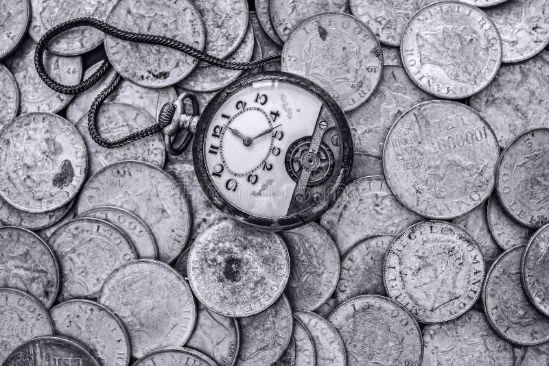 Un groupe de vieilles pièces en argent avec une montre de poche cassée sur le dessus image libre de droits