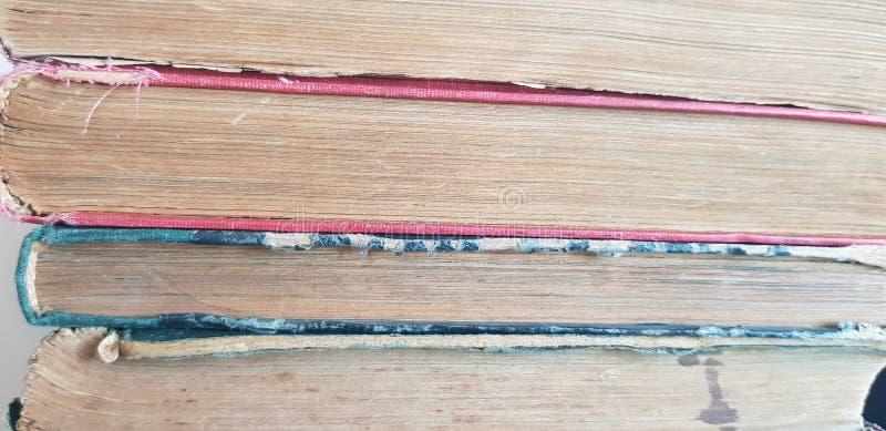Un groupe de vieux livres dans une rangée photographie stock libre de droits