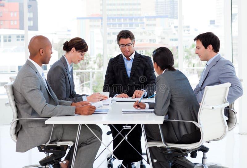 Un groupe divers d'affaires discutant un plan budgétaire photo libre de droits