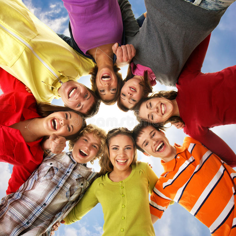 Un grupo de adolescentes jovenes que llevan a cabo las manos juntas fotos de archivo libres de regalías