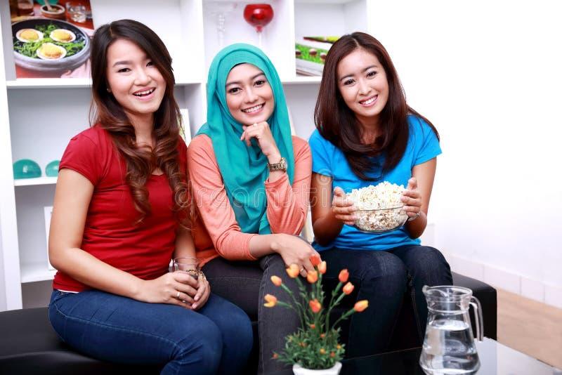 Un grupo de amigos femeninos sonrientes fotos de archivo