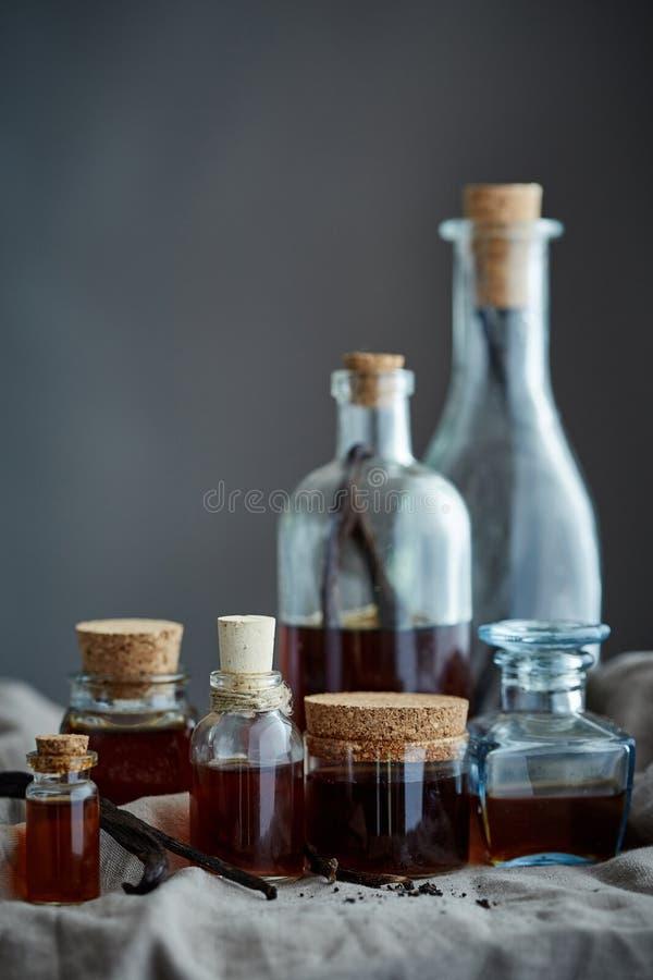 Un grupo de botellas con el extracto de vainilla hecho casero imágenes de archivo libres de regalías