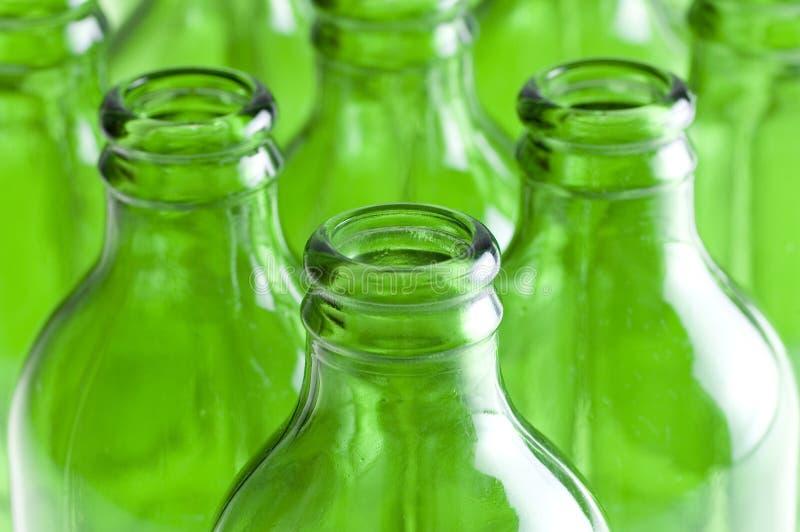 Un grupo de botellas de cerveza verdes foto de archivo