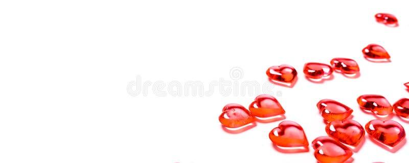 Un grupo de corazones rojos en un fondo blanco con el espacio de la copia Tema del d?a del ` s de la tarjeta del d?a de San Valen foto de archivo