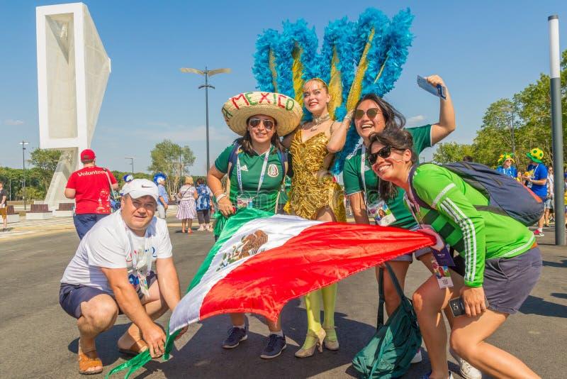 un grupo de fanáticos del fútbol mexicanos que celebran el mundial fotografía de archivo libre de regalías