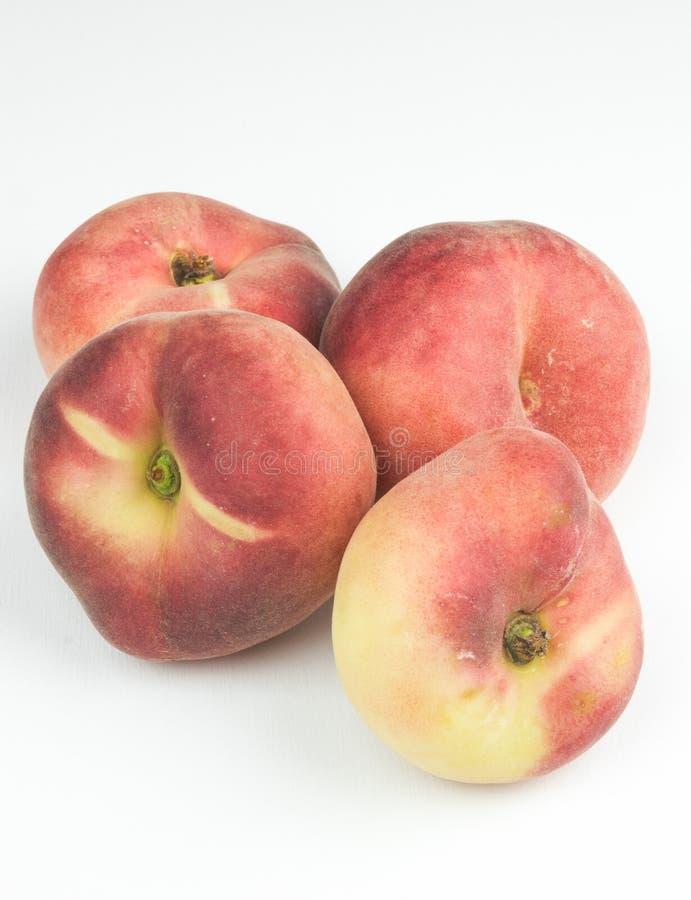 Un grupo de frutas enteras de la nectarina aisladas en un fondo blanco Fruta útil Frutas estacionales estación de la fruta fresca foto de archivo