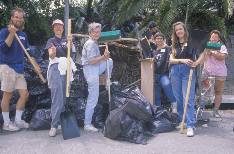 Un grupo de gente de la comunidad limpia el río foto de archivo