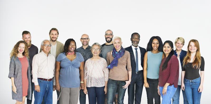 Un grupo de gente diversa aislada en blanco imagenes de archivo