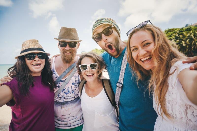 Un grupo de gente joven hace el selfie en la playa Amistad, libre fotos de archivo