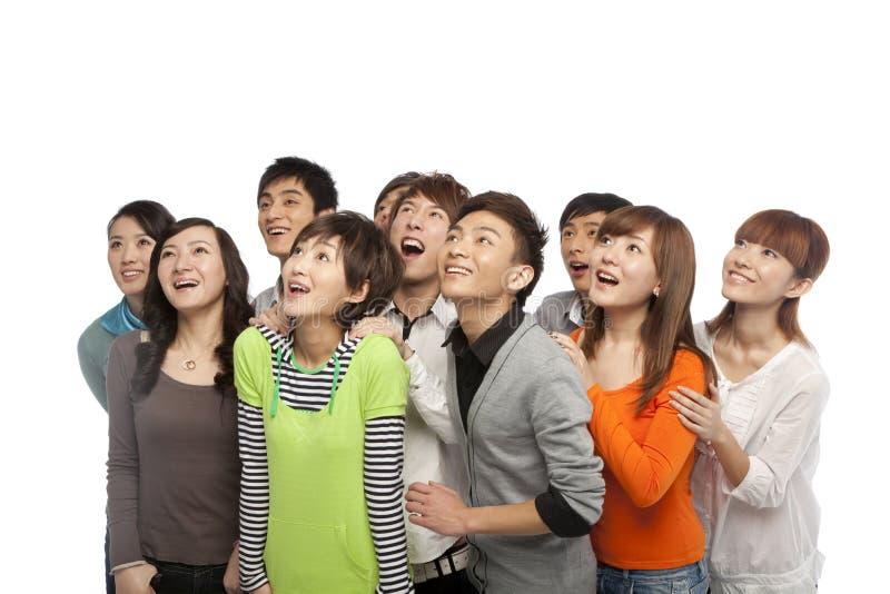 Un grupo de gente joven que mira para arriba en el entusiasmo fotos de archivo