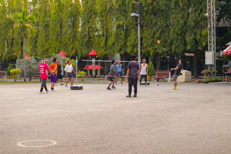 Un grupo de hombres que juegan Sepak Takraw foto de archivo