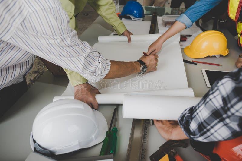 Un grupo de ingenieros de sexo masculino y de sexo femenino se está reuniendo para hablar de p imagen de archivo libre de regalías