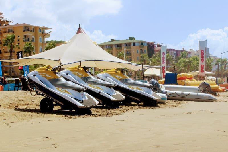 Un grupo de jet esquía en una playa arenosa enfrente del centro de deportes acuáticos en Alanya Turquía foto de archivo