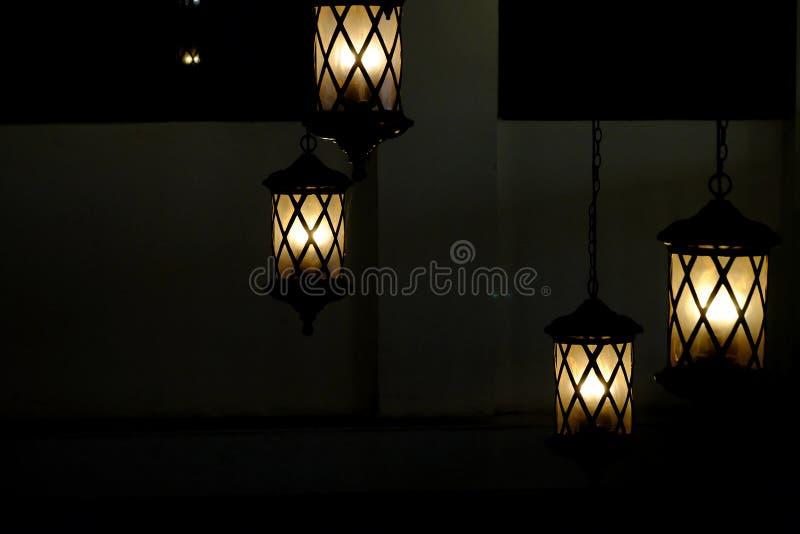 Un grupo de lámparas modernas hermosas que cuelgan del techo del sitio foto de archivo