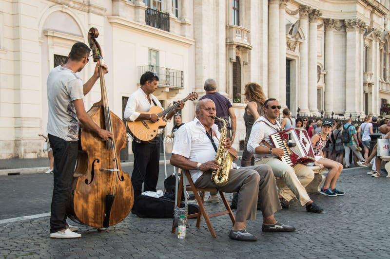 Un grupo de músicos de la calle que juegan música tradicional en la plaza local fotos de archivo libres de regalías