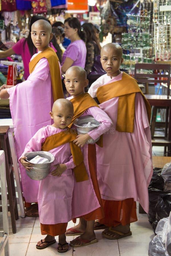 Monjas birmanas - mercado de Bogyoke - Rangún - Myanmar imagenes de archivo