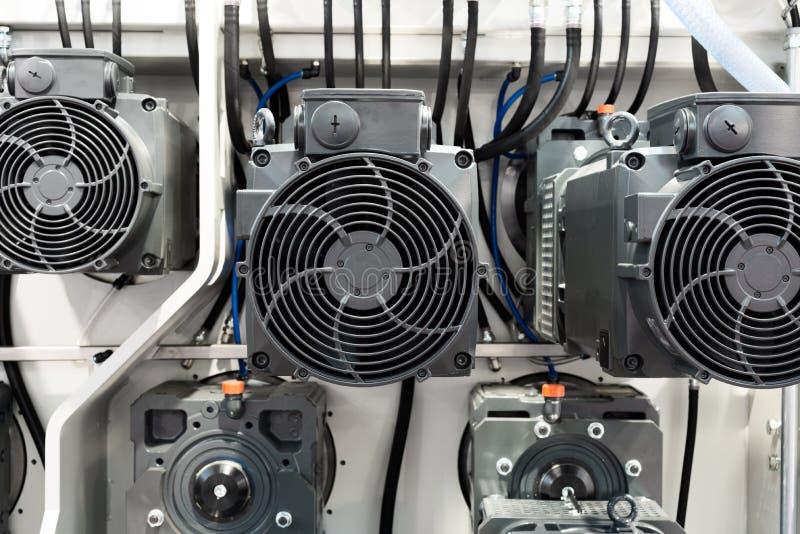 Un grupo de motores eléctricos potentes Impulsión eléctrica del equipo industrial fotos de archivo