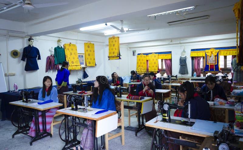 Un grupo de mujeres que hacen el trabajo de costura junto fotos de archivo libres de regalías