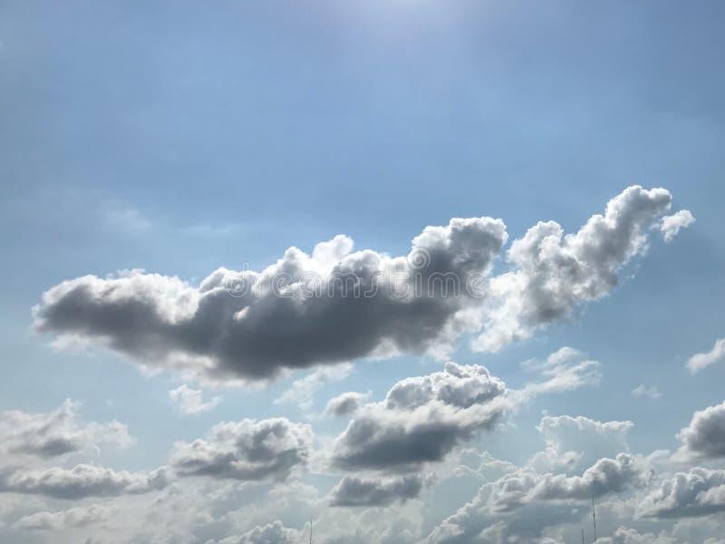 Un grupo de nubes gris oscuro en un cielo muy nublado imagenes de archivo